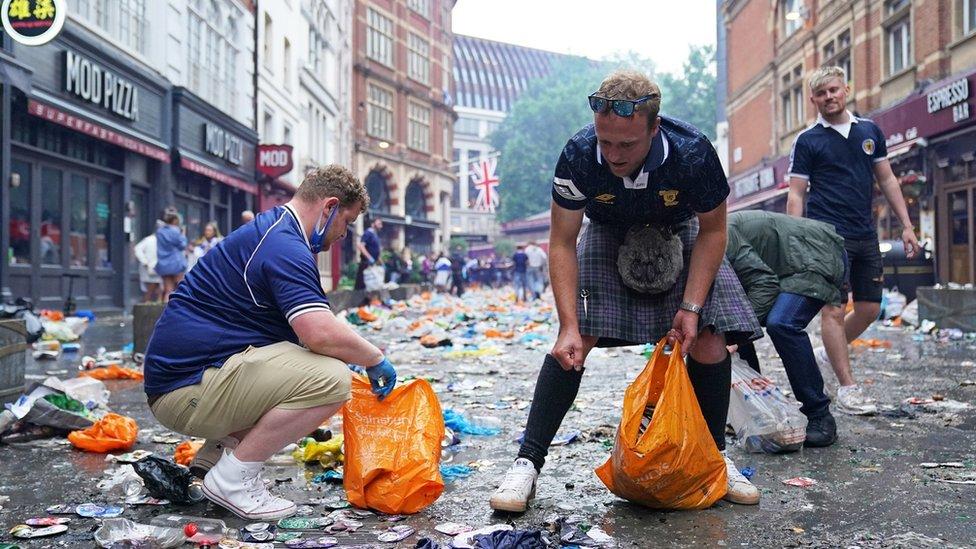 EURO 2020 i fudbal: Škotski navijači očistili centar Londona posle remija sa Engleskom i žurke 15