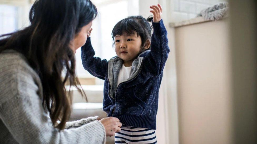 """Majke koje obavljaju zadatke kao što su odabir odeće za decu primeri su """"majčinske kontrole"""" - suptilnih zadataka koje majke same preuzimaju na sebe"""