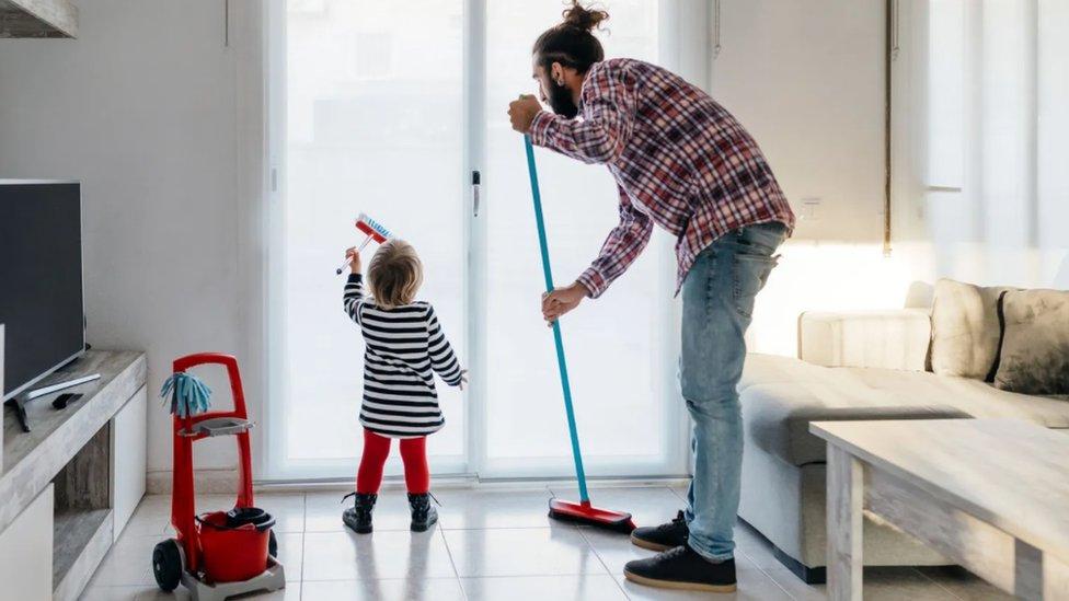 Muškarci koji pomažu u skrivenim kućanskim poslovima što neproporcionalno padaju na pleća žena mogli bi da olakšaju teret mamama i stvore ravnopravnija domaćinstva