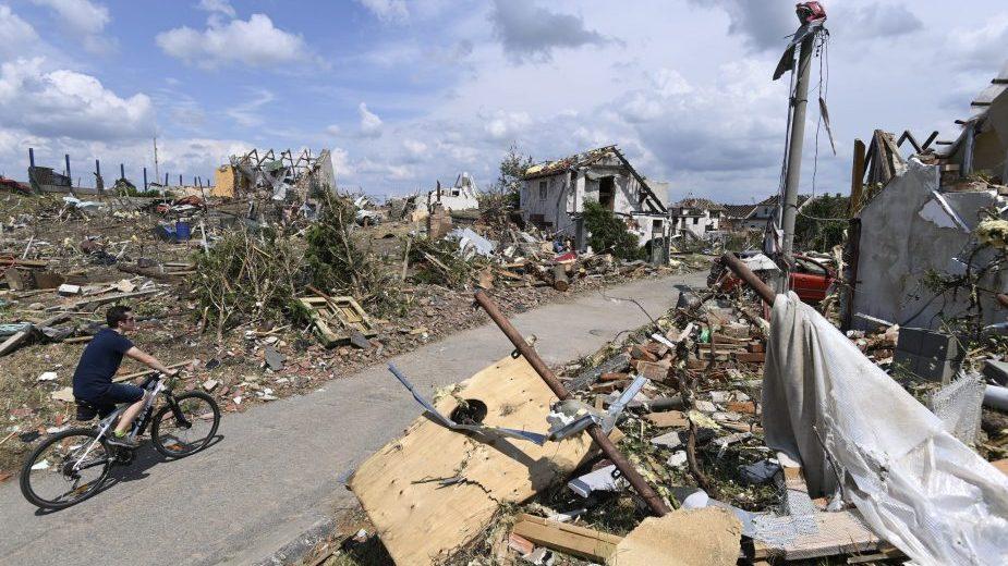 U tornadu u Češkoj poginulo petoro ljudi a 600 kuća čeka obnova od temelja (FOTO) 1