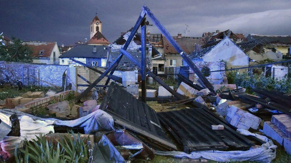 Tornado u Češkoj odneo četiri života i oštetio 2.000 kuća 16