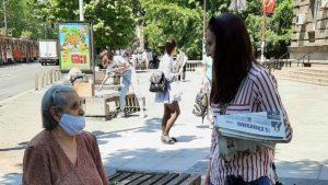 Novinari i urednici Danasa delili rođendanski broj na ulicama više gradova (FOTO) 26