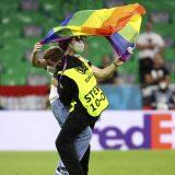 EURO 2020: Aktivista na terenu sa zastavom duginih boja tokom intoniranja mađarske himne 12
