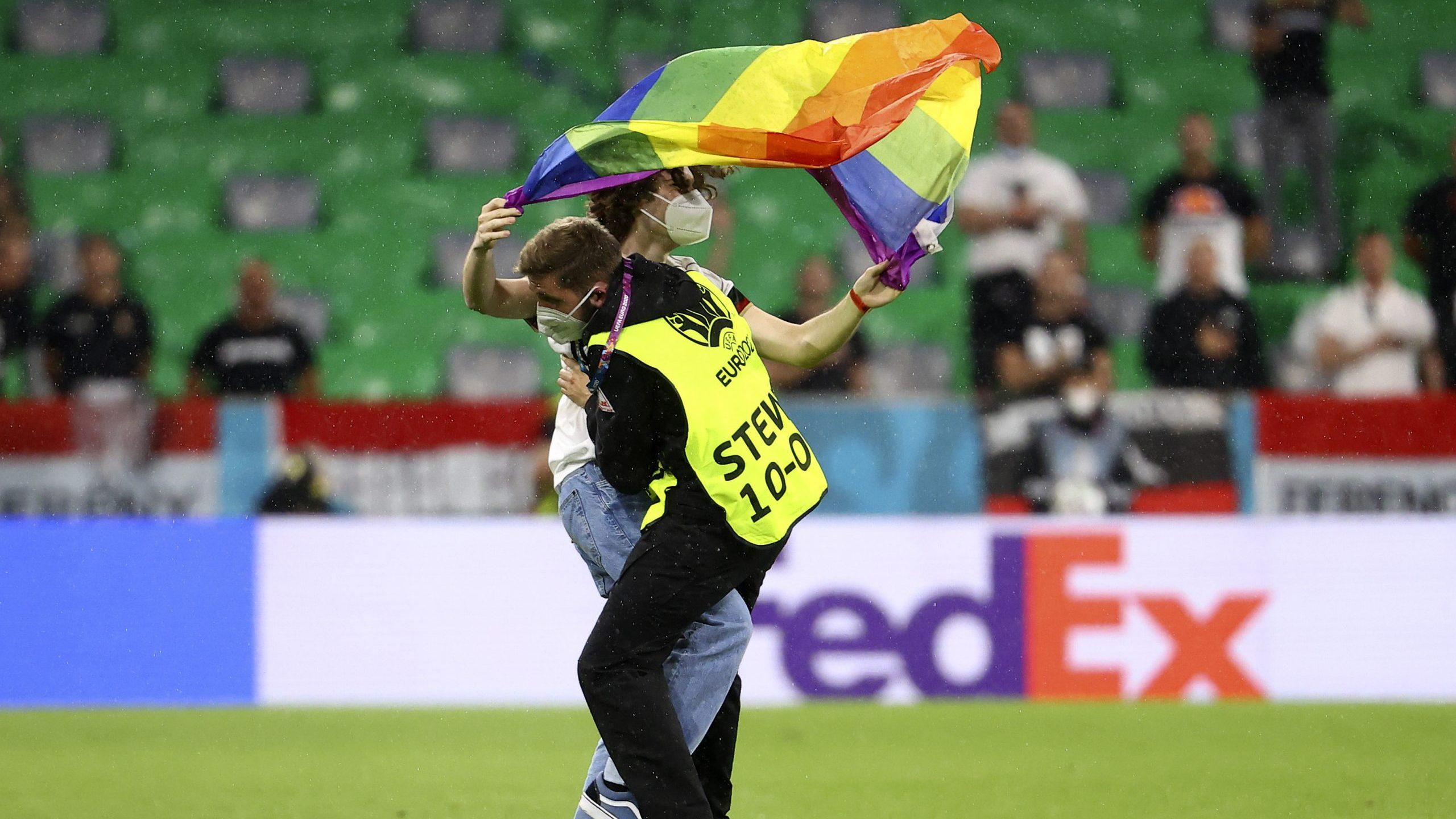 EURO 2020: Aktivista na terenu sa zastavom duginih boja tokom intoniranja mađarske himne 1