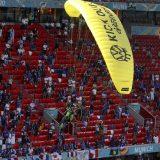 EURO 2020: Aktivista Grinpisa umalo da se sruši na tribinu pre utakmice u Minhenu 8
