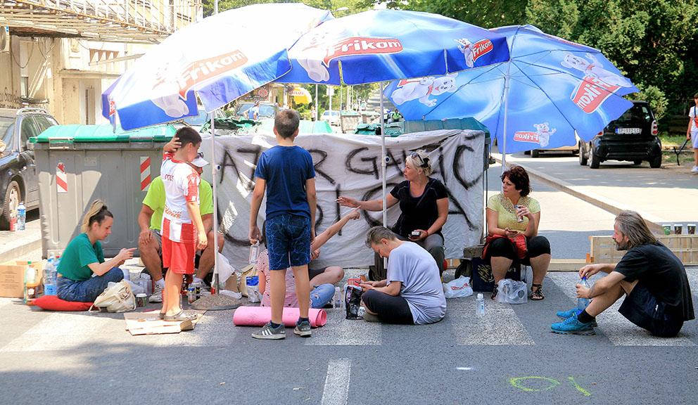 Građani i dalje blokiraju ulicu nakon smrti dečaka na Karaburmi 1