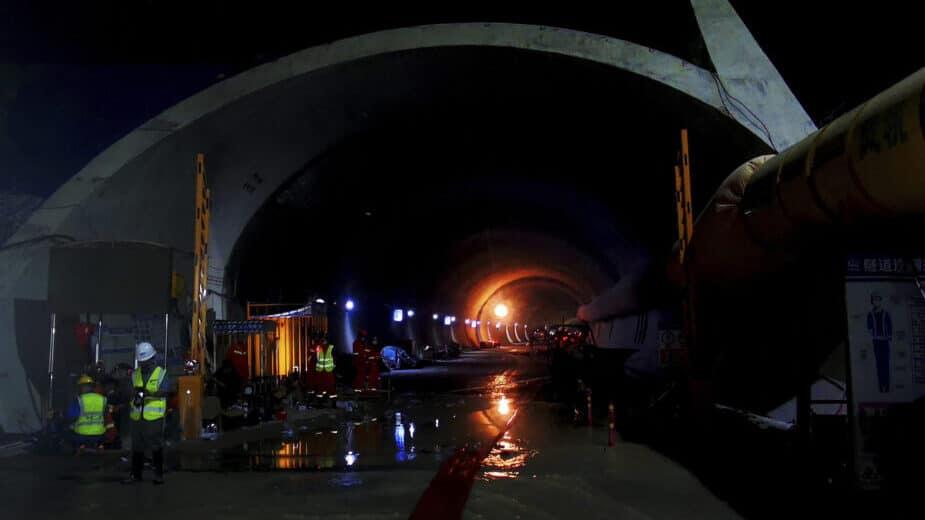 Ronioci uključeni u potragu za 14 radnika zarobljenih u tunelu u Kini 1