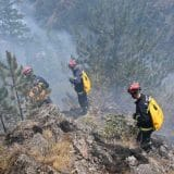 Požari na jugozapadu zemlje i dalje gore, Vulin obišao vatrogasce na Crnom Vrhu (FOTO) 4