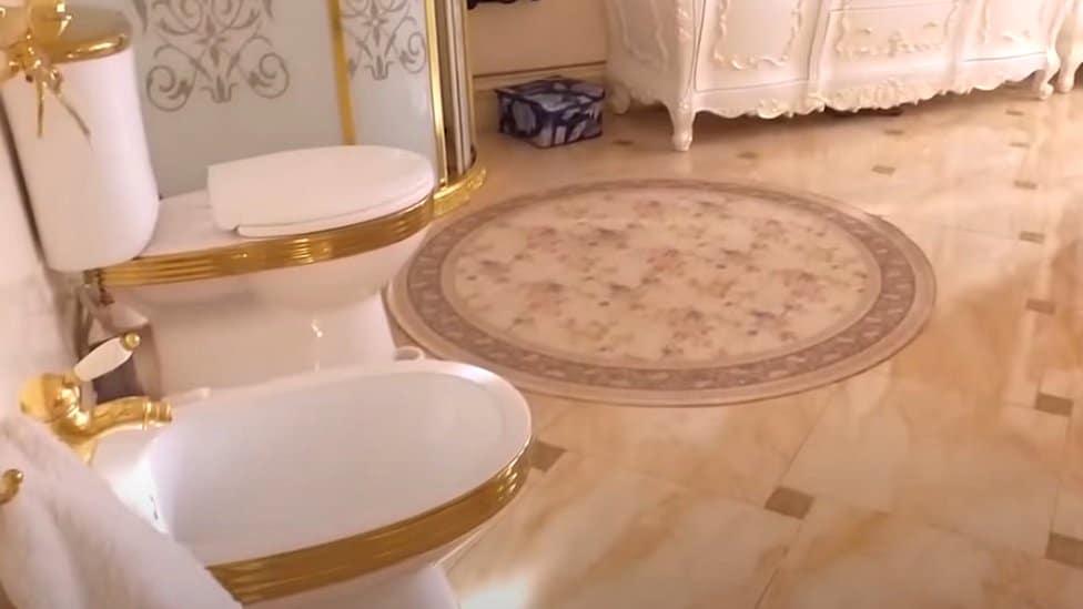 Pozlaćeni toalet i bide koji su prikazani u snimku Istražnog komiteta