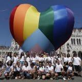 Protest zbog homofobnog zakona, srce duginih boja ispred parlamenta u Budimpešti 6