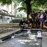 Zakon o vodama i političari na vlasti simbolično pušteni niz vodu kod predsedništva (FOTO) 2