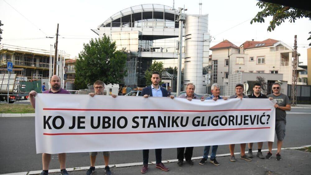 """PSG čekao Vučića ispred Pinka sa transparentom """"Ko je ubio Staniku Gligorijević?"""" 1"""