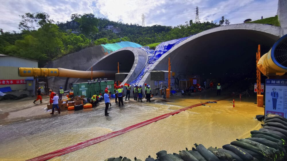 Tela svih 14 radnika izvučena iz tunela u Kini gde su nedelju dana bili zarobljeni 1