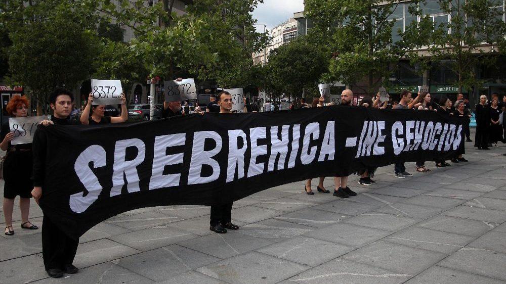 Performans Žena u crnom o Srebrenici, prisutni desničari skandirali Ratku Mladiću 2