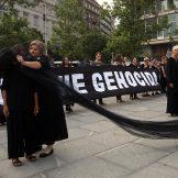 Performans Žena u crnom o Srebrenici, prisutni desničari skandirali Ratku Mladiću 13