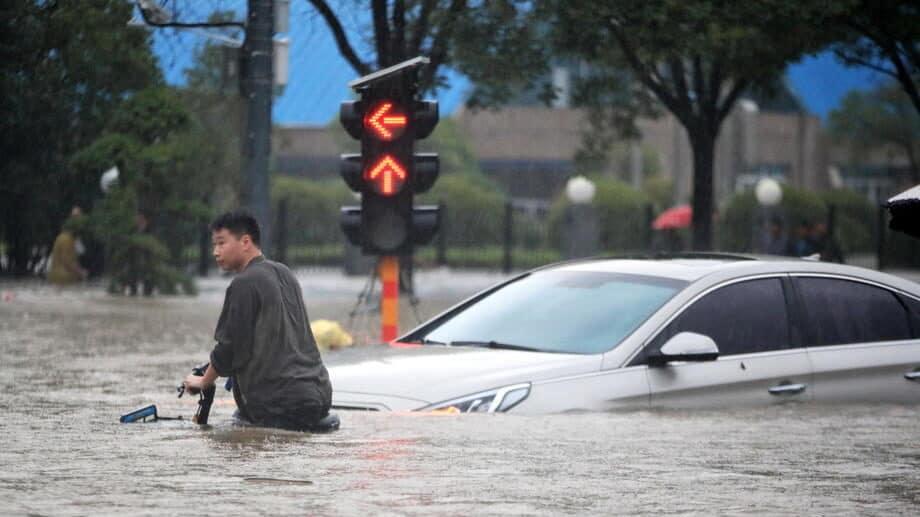 Strani novinari maltretirani tokom izveštavanja o poplavama u Kini 1
