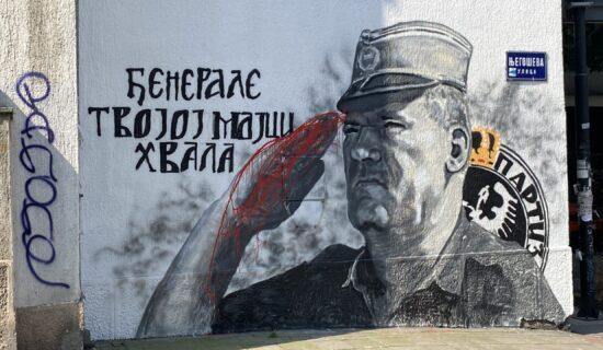 Ruka Ratka Mladića na muralu u Beogradu ofarbana crvenom bojom 7