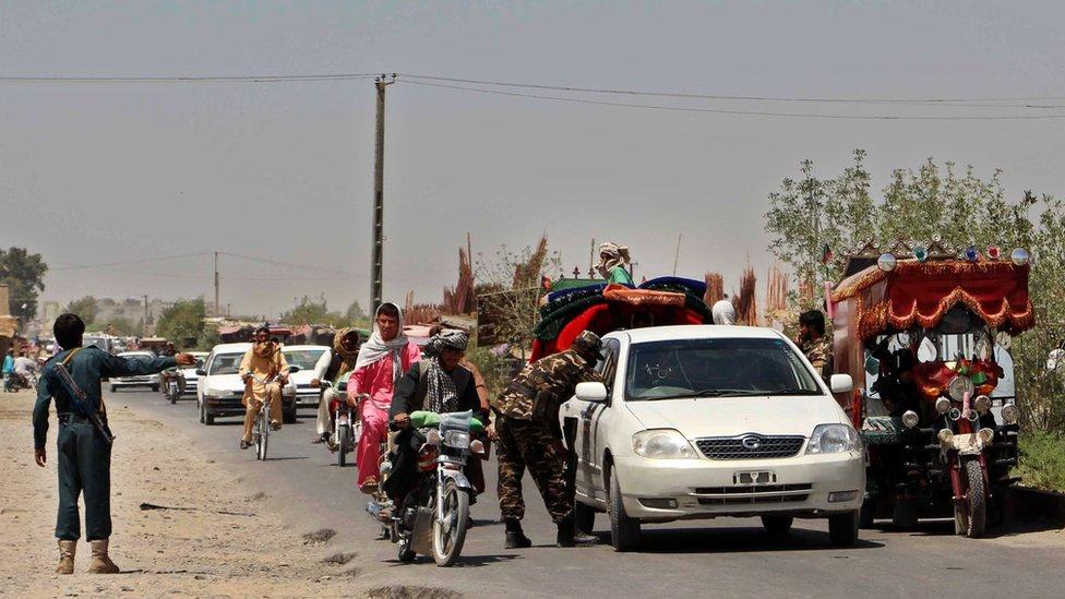 Avganistanska policija pokušava da kontroliše ko sve ulazi u grad tokom borbi 2016.