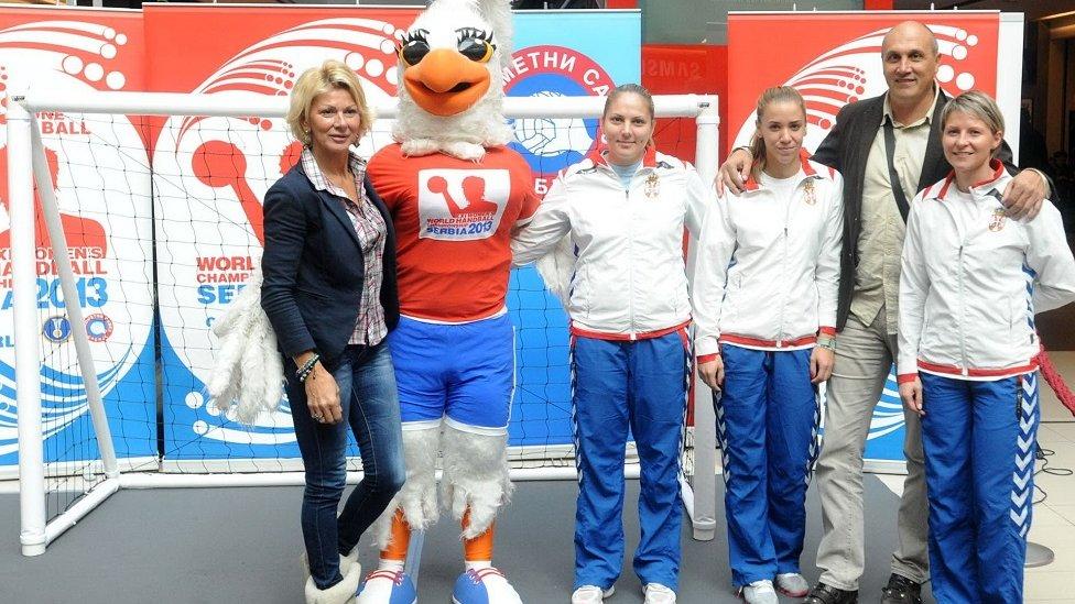 Svetlana Kitić sa rukometašicama Srbije
