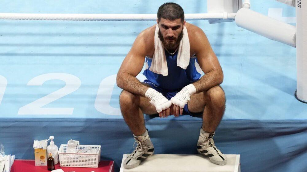 Francuski bokser sedeo u ringu iz protesta zbog diskvalifikacije 1