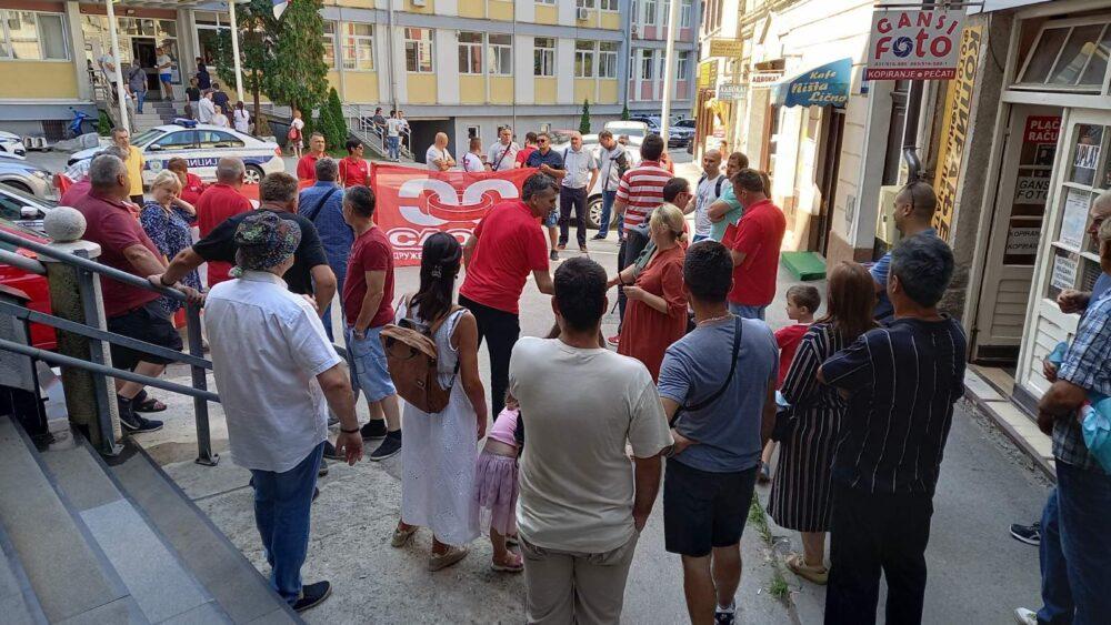Skup podrške suspendovanom sindikalcu ispred užičke policije 1