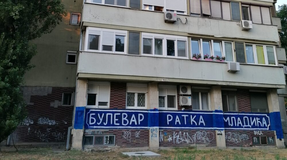 """Na zgradi na Novom Beogradu ispisano """"Bulevar Ratka Mladića"""" 1"""