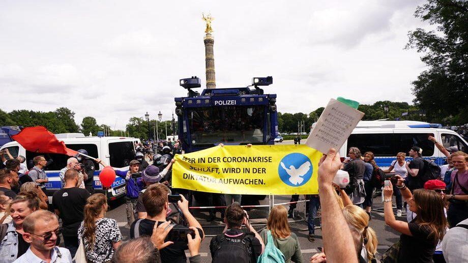 U Berlinu održani protesti protiv novih kovid mera, oko 500 uhapšenih u sukobu sa policijom (FOTO) 1