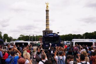 U Berlinu održani protesti protiv novih kovid mera, oko 500 uhapšenih u sukobu sa policijom (FOTO) 2