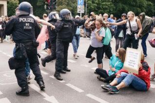 U Berlinu održani protesti protiv novih kovid mera, oko 500 uhapšenih u sukobu sa policijom (FOTO) 10