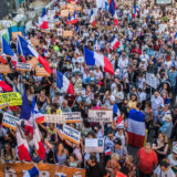 U Francuskoj hiljade ljudi protestovalo protiv zdravstvenih propusnica (FOTO) 11