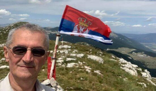 Vućićev poslanik Marić podigao srpsku zastavu na Dinari (FOTO) 8