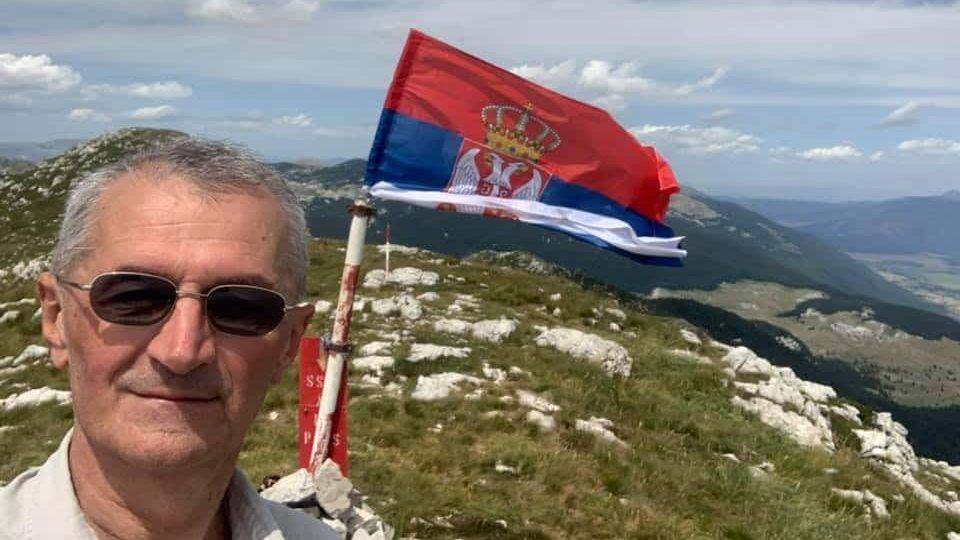 Vučićev poslanik Marić podigao srpsku zastavu na Dinari (FOTO) 1