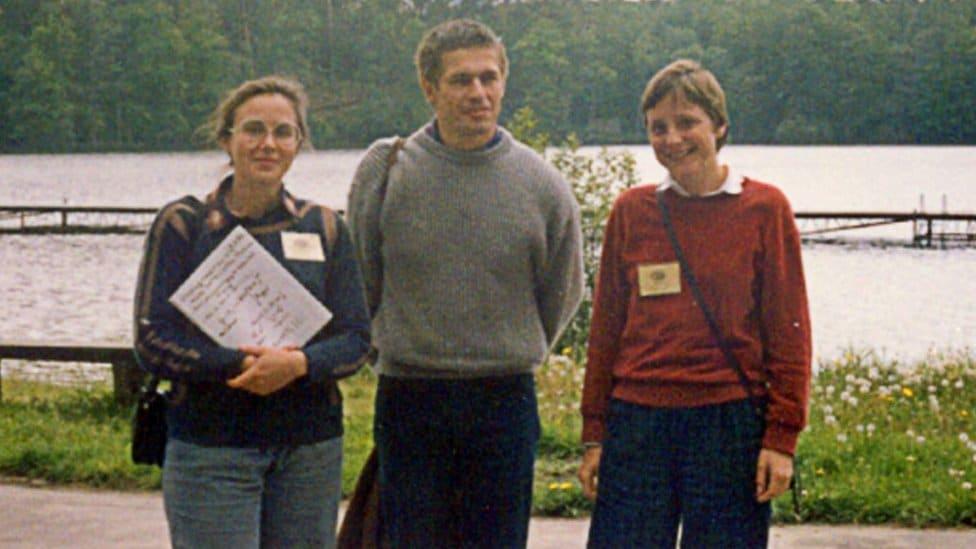 Fotografije je zabeležena 1989. u Bačoteku poljskom gradu na severu. Na fotografiji, levo je Malgorcata Jeziorska danas profesorka kvantne hemije, Joakim Sauer, budući suprug Angele Merkel i vođa studenata tokom letnje škole na univerzitetu hemije.