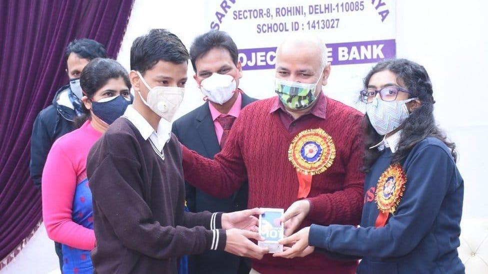 El subdirector jefe de Delhi, Manish Sisodia, regala teléfonos a los estudiantes