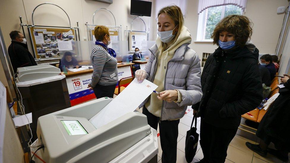 Glasači na biračkom mestu u Moskvi