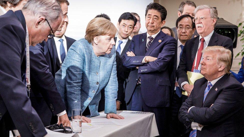 Ovo je fotografija kancelarije Nemačke vlade: Angela Merkel sa Trampom tokom drugog dana samita G7