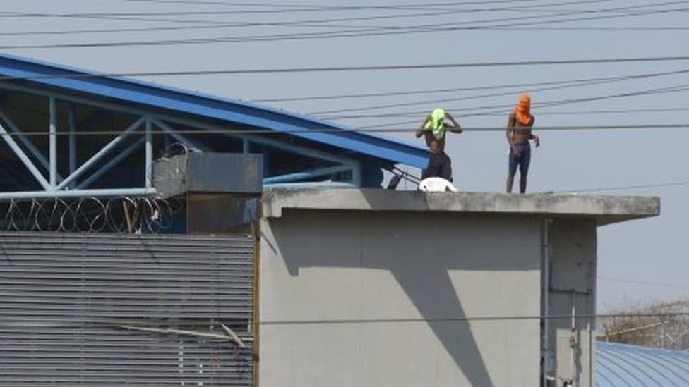 Several inmates remain on the roofs of the Litoral prison in Guayaquil, Ecuador, 28 September 2021.