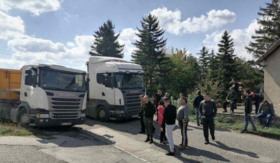Meštani sela Lešje blokirali kamione Kruševac puta 12