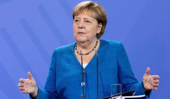 Ovacije Angeli Merkel na početku samita EU 13