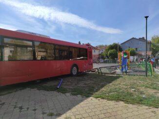 Autobus uleteo u dečje igralište u Zemunu, šest osoba povređeno, devojčica na intenzivnoj nezi (FOTO, VIDEO) 2