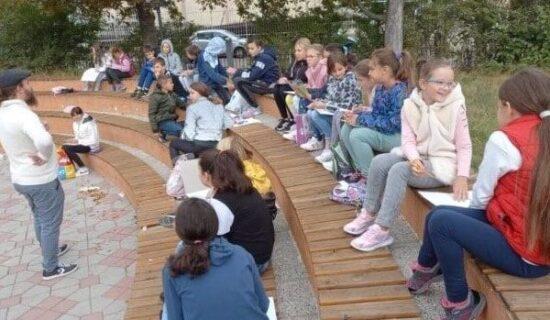 """U OŠ """"Branko Radičević"""" u K. Mitrovici nastavljen protest roditelja zbog online nastave (VIDEO) 13"""