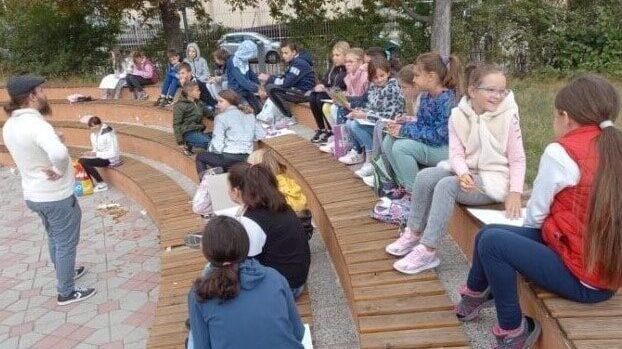 """U OŠ """"Branko Radičević"""" u K. Mitrovici nastavljen protest roditelja zbog online nastave (VIDEO) 1"""