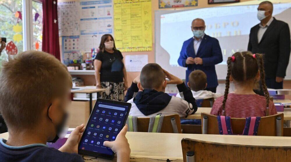 Vesić: Podela tableta osnovcima u Mladenovcu 1