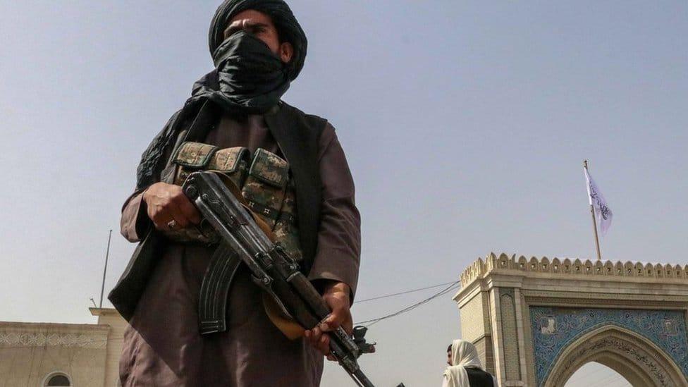 Afghanistan-Krise / Wiederaufleben der Taliban: Bewaffnete Taliban-(oder Taliban-)Milizkämpfer stehen am 17. August 2021 an einem Kontrollpunkt in Kandahar, Afghanistan, Wache.