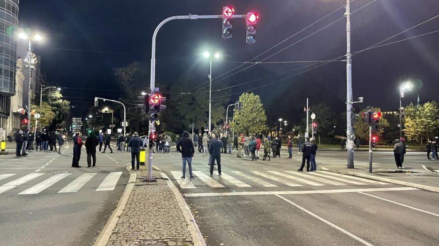 Miran protest desničara zbog Kosova, blokirali saobraćaj ispred Skupštine (FOTO) 3