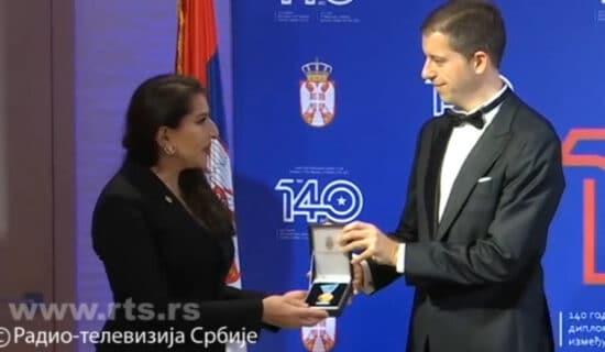 Marko Đurić uručio Zlatnu medalju Marini Abramović 13