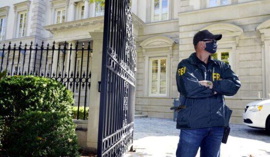 Agenti FBI u vili ruskog oligarha Olega Deripaske u Vašingtonu 13