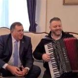 Dodik doveo harmonikaša u Predsedništvo BiH i otpevao pesmu Srpkinja je mene majka rodila (VIDEO) 1