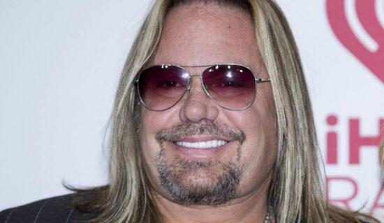 Pevač benda Motli kru slomio rebra na koncertu prilikom pada sa bine 12